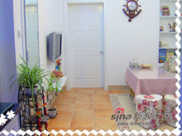 进门左拐可以看到客厅和卧室门