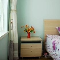 板式的床头柜以及板式床