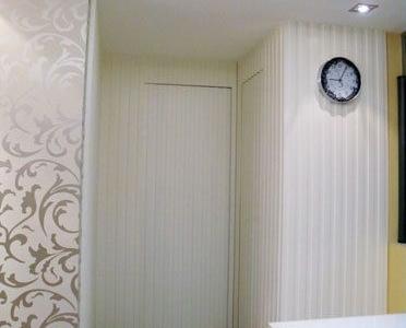 下面来看看家中的一大特色,就是隐形门啦,这边用白色的线条做成的隐形门,从远处看是一个整体的,其实这边有3个门啦,左边是主卧室,正前面是客房,右边是客卫,嘿嘿