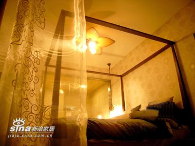 主卧室床幔与吊灯