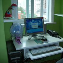 电脑桌的下面,左手的那堵强里就是管道和线