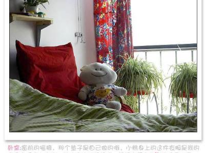 卧室:窗前的摇椅,那个垫子是自己做的哦,小熊身上的这件衣服是我的宝贝亲手穿上去的,她边穿边和妈妈说:妈妈你看它们的表情是不是很像阿,哇,真的很像呢……