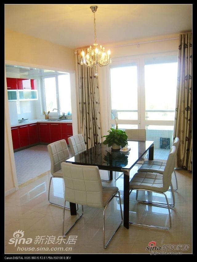 餐厅,桌子也是蓝色的,和沙发有呼应,椅子是淡蓝色的,至于吊灯吗,有点小,促销啊