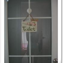 洗手间门上可爱的牌子