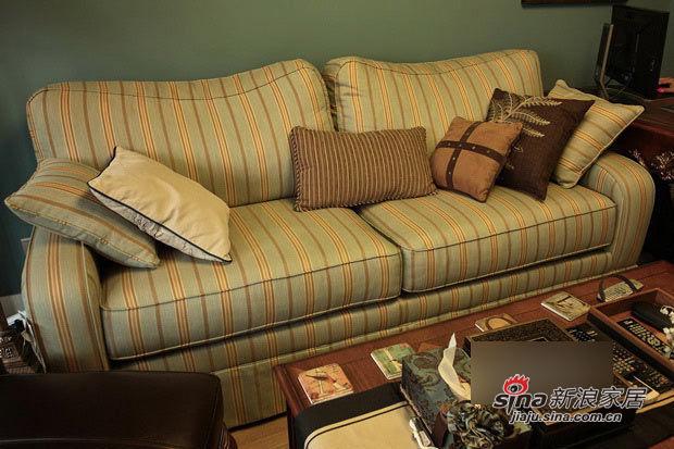 竖条纹的美式田园沙发,给复古家具的沉重增添了一丝活泼感。