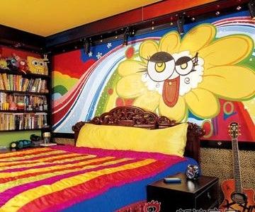 卧室仍然是一贯喜欢的鲜艳颜色,惊讶的是床边的书柜,让人觉得这孩子还不错。