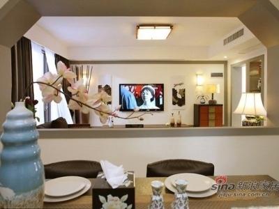 从客厅向餐厅方向拍摄的画面,六角形的造型结构,不仅起到隔断的作用,同时也显得很通透,在餐厅也可以看到电视,空间层次也分明。
