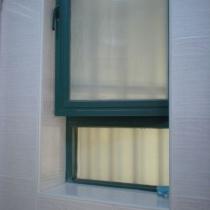 卫生间的窗是面对楼梯走廊的