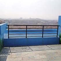 青石板漫地的小露台,明年我们会好好建设你的