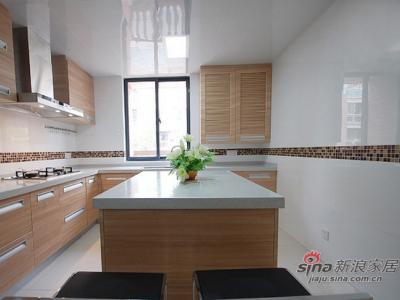厨房部分采用白色的壁砖,起到挑高效果又显得干净整洁。