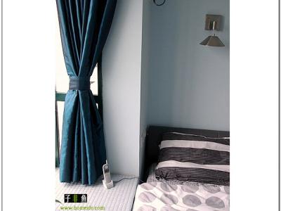 外飘窗正好可以当床头柜使用