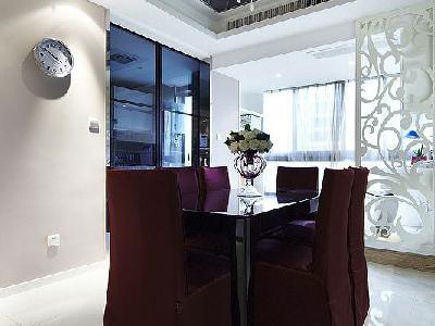 整体空间中门厅,客厅,餐厅同在一直线上。餐厅的餐桌选择与整个色调形成强烈的对比.