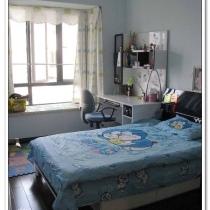 儿童房:儿子房间的家具是买的,特意买的比较成熟的款,呵呵,想时间用长点,软装的窗帘和贴纸弄得挺卡通的,整个房间都是用的儿子和我很喜欢的蓝色系,儿子很喜欢他的房间