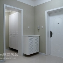 入户门,百叶窗鞋柜(为了方便,做了悬空处理,省得脚没地放,还可以把鞋子直接推进去),挂衣橱(原本是放洗手盆的地方)