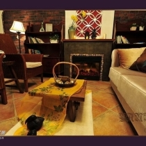 金色沙发 配蜜色藤椅,藤椅之间还缺一个茶几,没有淘到合适的,设计师说 宁缺毋滥