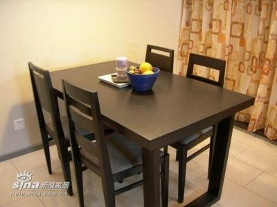 餐桌就在巴台边上,独居不需要太大的桌子,四把椅子足以~~~