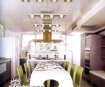 金属色的餐桌旁点缀了淡绿色的餐椅,现代中透着典雅别致