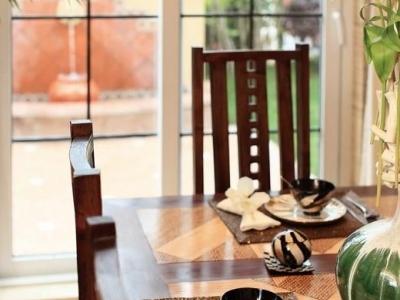考虑到餐厅的采光和业主的饮食习惯,厨房设计为半开放式,隔断木墙其实是个双层叠加的移门。不做饭时,外层的移门合并,阳光就可以从厨房间的窗户透进来;做饭时,就将两边的移门拉开,使之成为一个完整的隔断墙,不