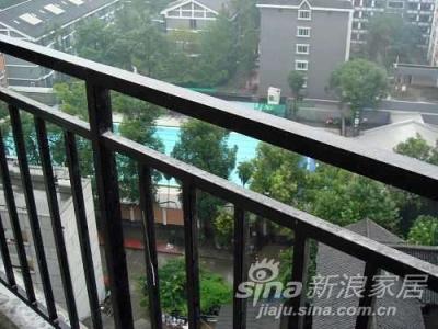从我最喜欢的阳台开始,呵呵,其实是从阳台向外看,有游泳池,事业很开阔