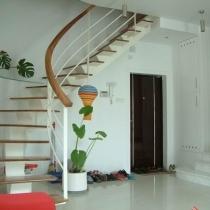 这是敲了楼板打造的楼梯,花了我8000米米,底下是钢板焊的,踏板是实木叫斑马纹的。