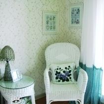 一直想要一把这样的摇椅。白色的,藤的,可以和爱的人一起慢慢摇着变老的。终于在网上淘到了
