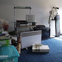 楼上还有个房间,我们当作储放杂物的地方
