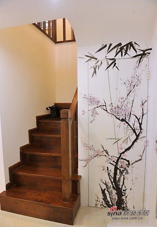保姆房在哪呢?这面手绘着腊梅花的地方就是保姆房的房门,它已经与墙面成为一个整体了,没有过多的装饰,一棵腊梅树就可以装点出雅致来。