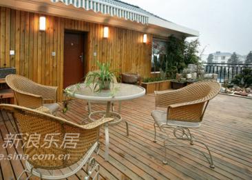三楼的露台全部采用自然的材质