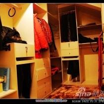 继续接着发..往里面走右手面(北)是一个小房间,我把它当衣帽间.定做了各样的柜子,给我的衣服,包包,,给我的一堆破烂安了个家