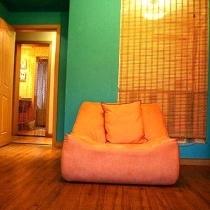 沙发背后的卷帘,可以放下或拉起