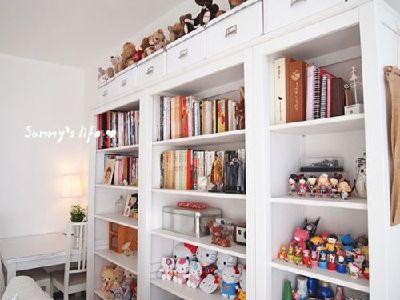 开始并没有想到家具要都买白色的,但是后来和小青蛙商量后就都统一了,原木色家具太贵了,白色松木的价格是我们目前可以承受的,可以先用着,毕竟价格也不贵。书架顶部收纳盒,淘宝有售。