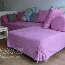 因为电视背景和窗帘都很素色,所以选择了跳一点的玫红色沙发