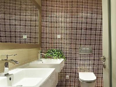 卫浴间的悬挂式座便器,墙面全部都是用的马赛克。