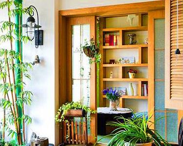 入门的入户花园,空间不小,很适合聊天,喝茶看书的地方,田园风格的木质装饰成为空间的基本装饰~自然的光线的完美利用使得整个空间明亮大气