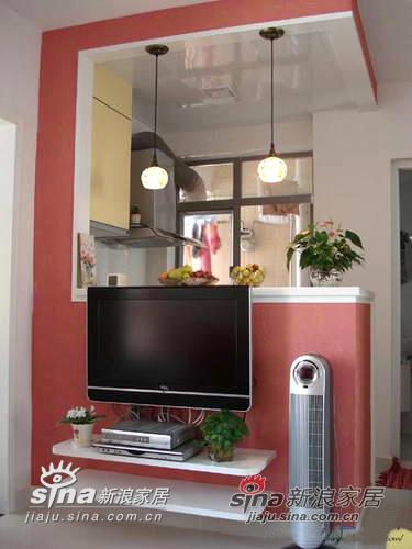 电视柜是做在电视墙上的,上面刷了艺术涂料,业主选用了粉红色系