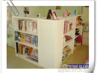楼梯口的书架...楼梯的铁栏杆缝隙很大,出于安全的考虑,摆了书架..还挺实用的...