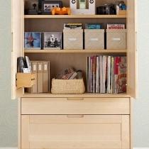 矮柜内部带有分层的储物空间,物品可以分门别类收纳起来。除了放置杂志书籍、CD盘片等,还能起到一定的装饰作用。
