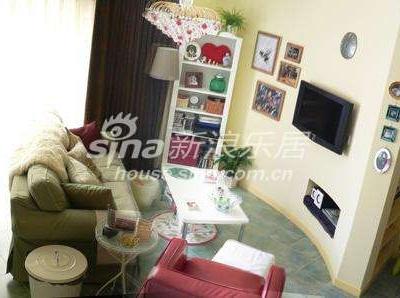 客厅饭厅厨房一体,壁橱门是茶镜的,使客厅更加宽敞明亮。
