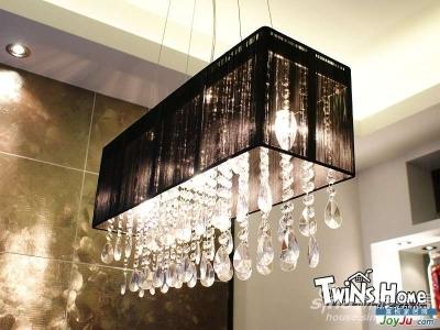 漂亮的拉丝水晶吊灯。为了装它,餐厅上重新打的孔