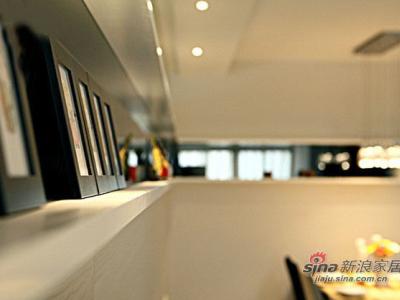 墙上的壁架的特写,放了很多相框作为装饰