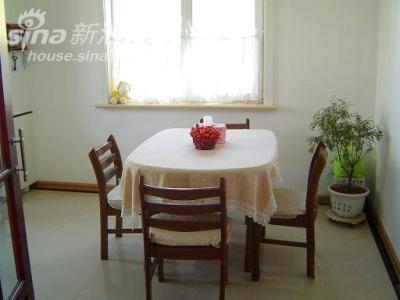 餐厅和厨房1 桌椅还是结婚时候买的,实木的桌面有一点变形,中间低,老公说这样更好,汤水不会向外流,我汗!
