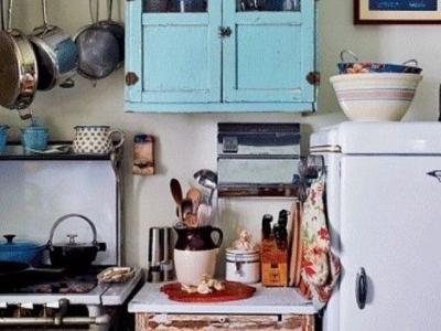 古朴的带有一丝异域情调的小厨房里,几个原木色隔板既能代替橱柜起到收纳作用,又让整个厨房风格更为明显。