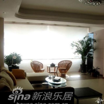 在沙发靠近阳台侧 配有绿植和茶桌