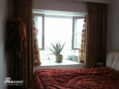 卧室,因为买了个大床,使得不大的卧室更小了,但每次睡觉的时候都觉得买大床是对的:)