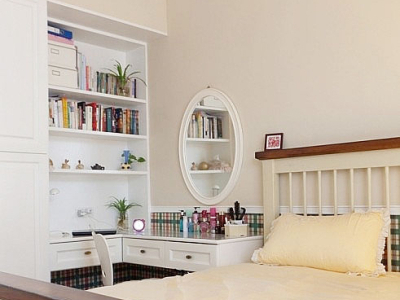 看向梳妆台和壁柜,都是韩式风格的显得清新无比。宜家的镜子,简约美向外渗透着。