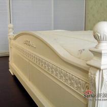 床头的雕花,我觉得很细腻