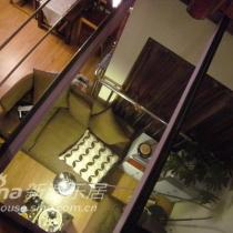 从二楼看客厅,玻璃钢架是自己搭出来的