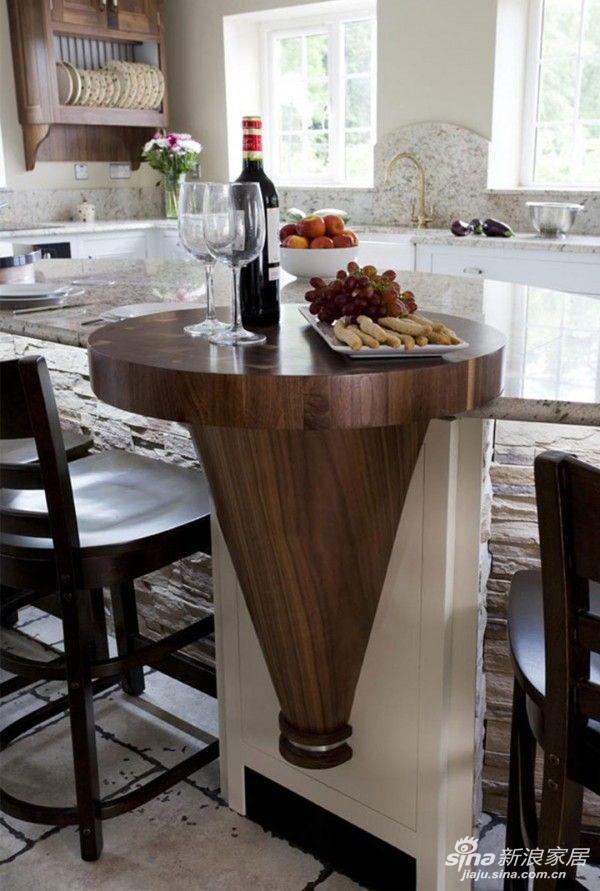 话说这一款我还真的蛮喜欢的。木制的小吧台,自带暖度,温暖又不失格调。悬挂式的吧台镶嵌在大理石桌面砖墙身的操作台里,画龙点睛,现代感十足。将开放式厨房与吧台自然结合起来,浑然天成。