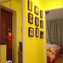 现在的主卧,房子虽小,储藏室还是要的,这张是隔出的储藏室墙壁做的照片墙