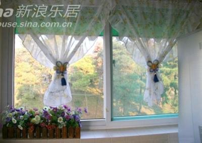 自己缝的小碎花帘,做好后,怎么看都象围裙,拿个蝴蝶结扎起来,总算好多了